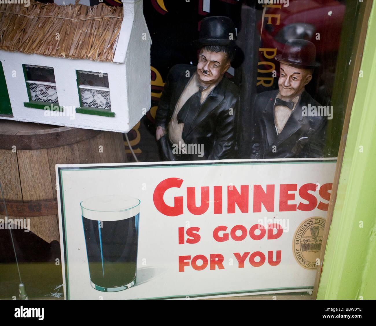 Guinness ist gut für Sie: Komödie. Laurel und Hardy Statuen scheinen die berühmten Guinness-Slogan Stockbild