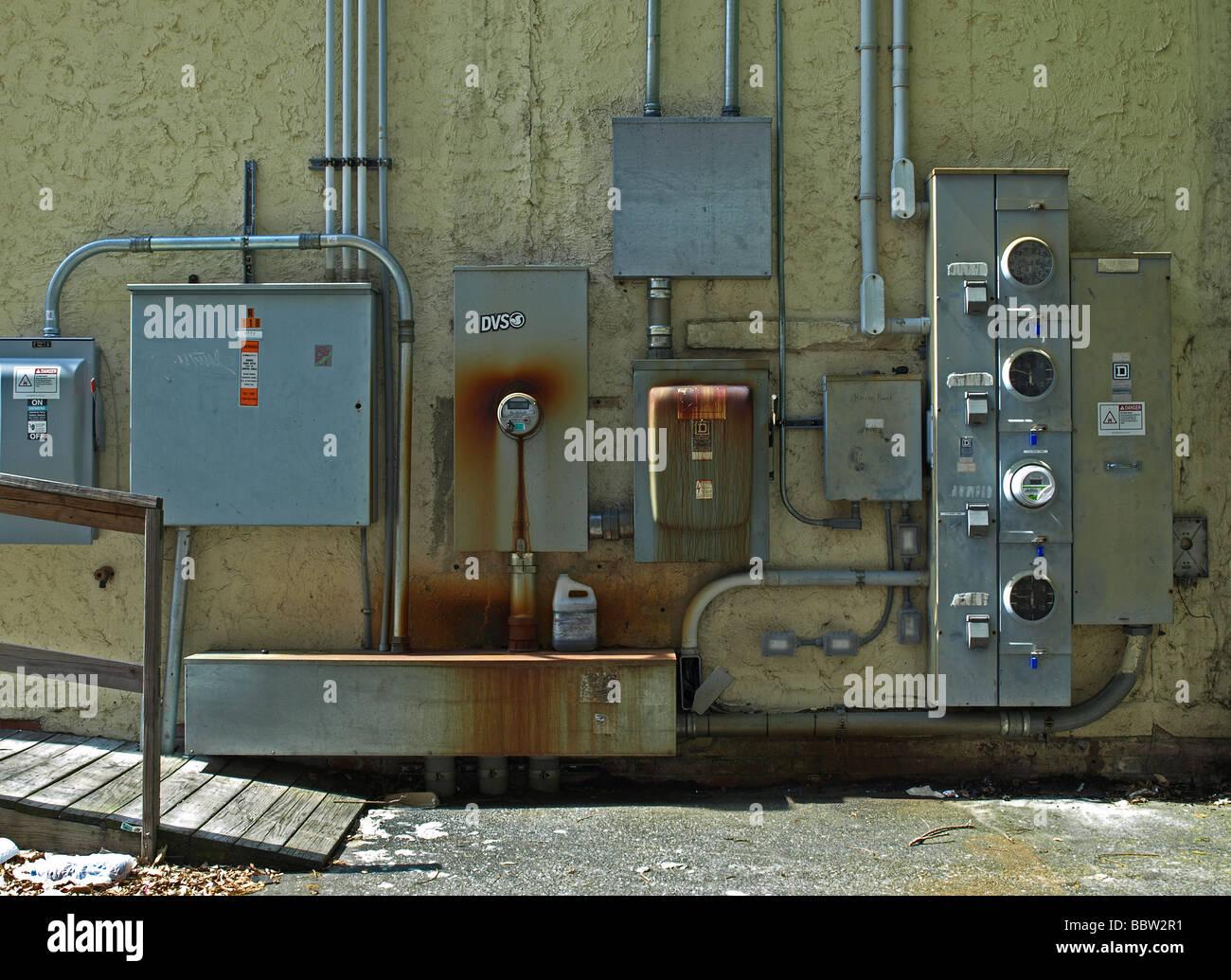mehrere elektrische Power-Boxen und Meter Rohre in einem Werbespot ...