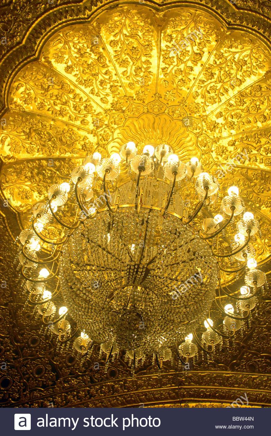 EIN KRONLEUCHTER IM INNEREN DEN GOLDENEN TEMPEL IN AMRITSAR, INDIEN