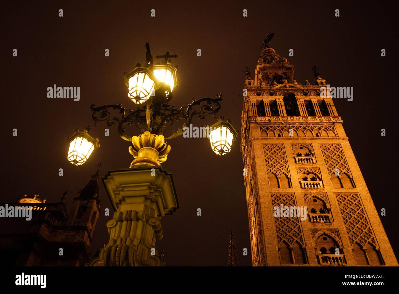 beleuchteten Turm La Giralda der Kathedrale von in der Nacht in Sevilla Andalucia Spanien Stockbild
