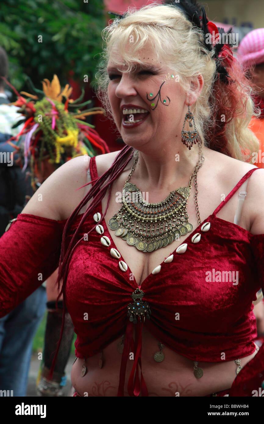 Deutschland Berlin Karneval der Kulturen Frau in Tracht Stockbild