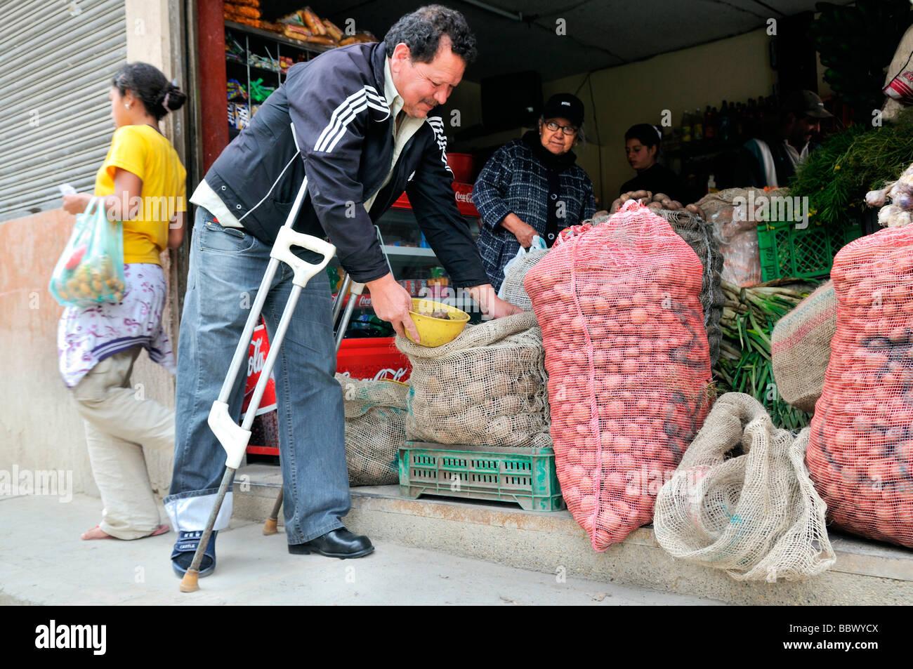 Leprapatienten mit Krücken Einkaufen in einem Supermarkt, Bogota, Kolumbien, Südamerika Stockbild