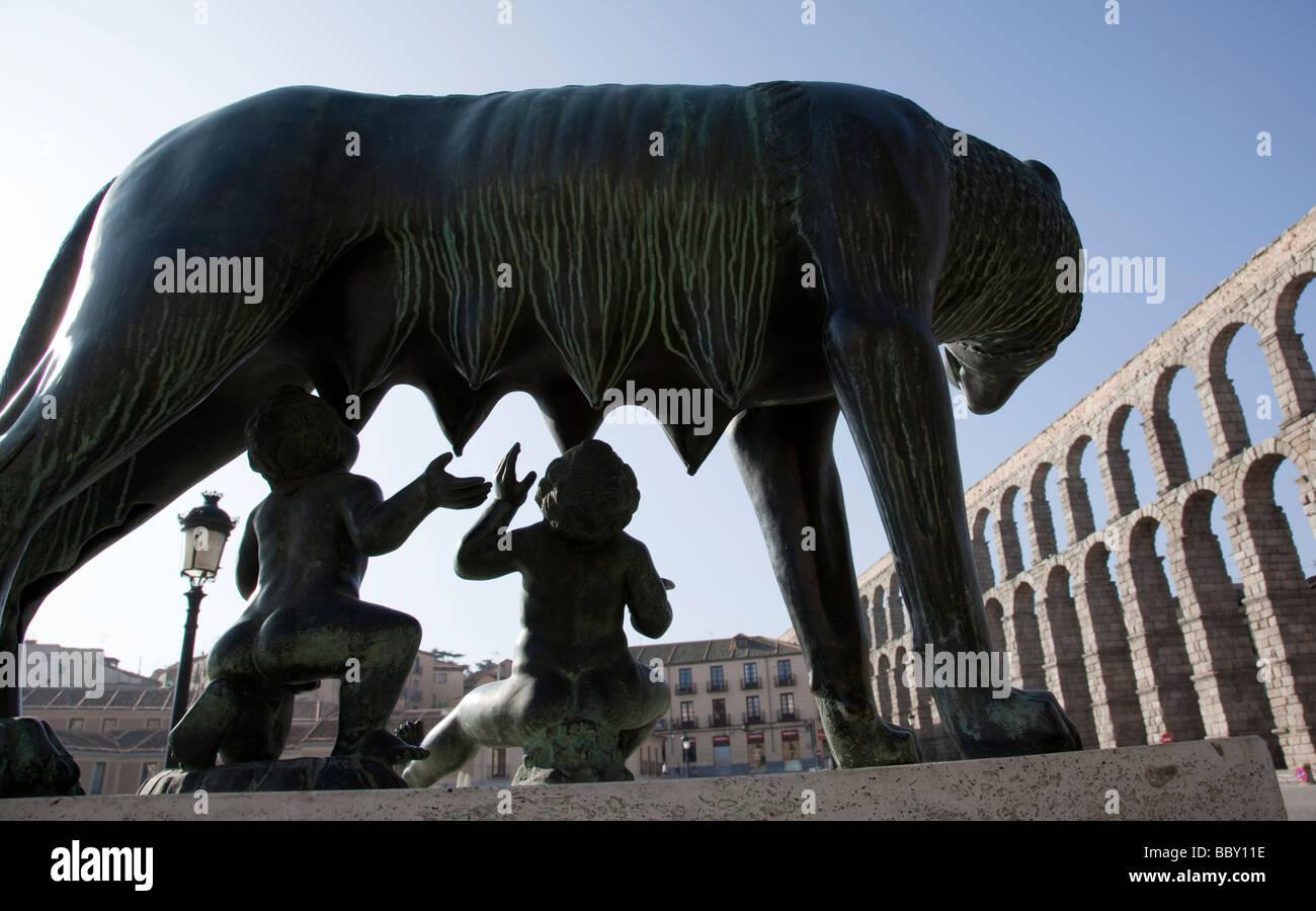 Kapitolinische Wölfin Statue und römischen Aquädukt Segovia Spanien Stockbild