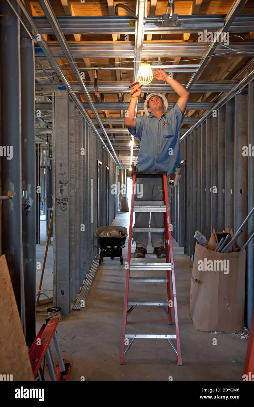 Arbeiter bauen eine Vorsprung-Anlage, ein Gebäude von Hurrikan Katrina zerstört zu ersetzen Stockbild