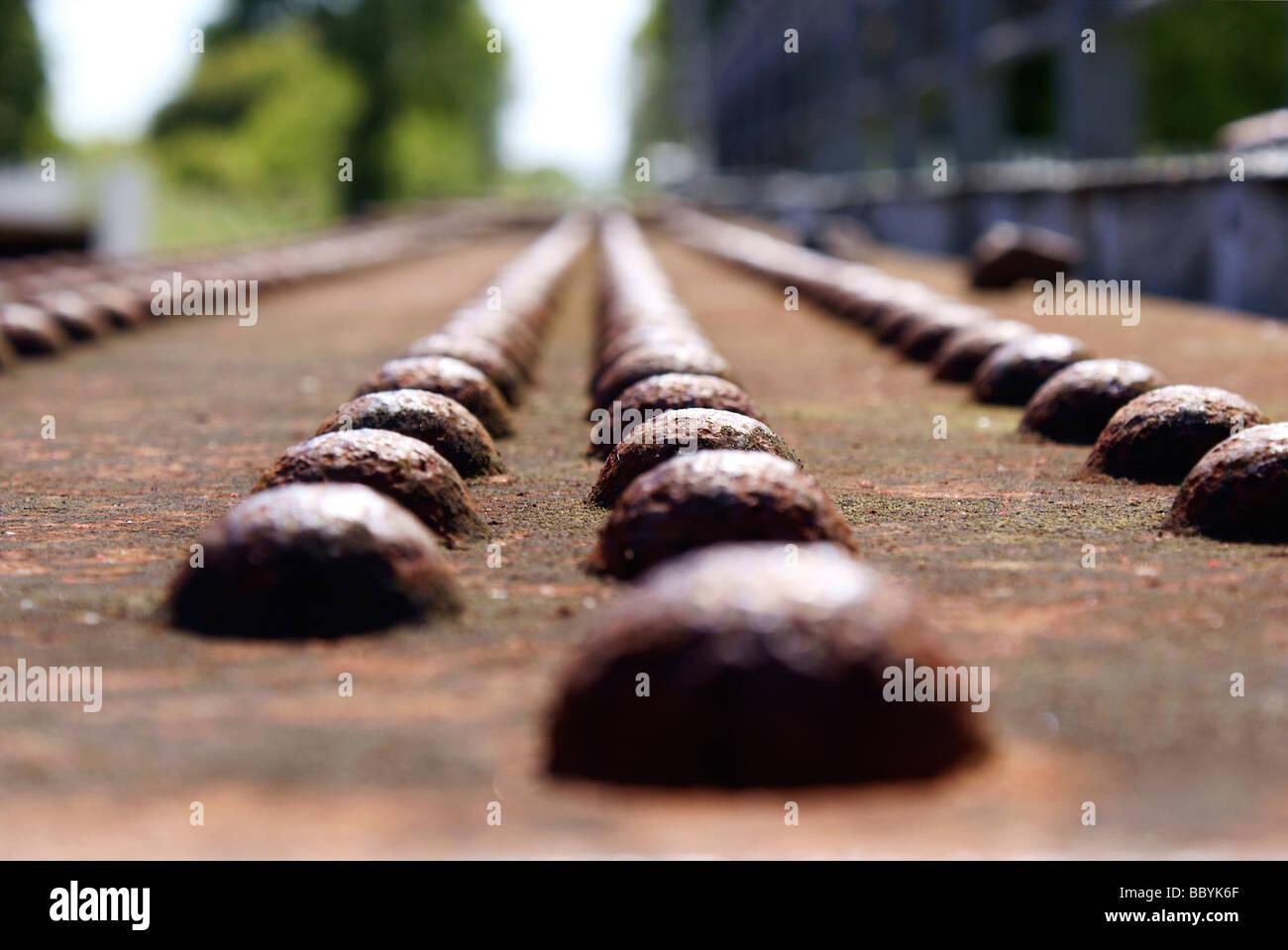 Rostige Eisenträger mit Nieten - Tragkonstruktion Teil einer Eisenbahnbrücke über Wasser Stockbild