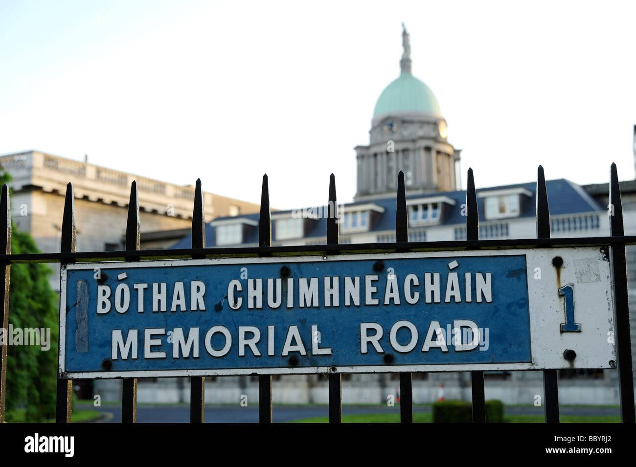 Zweisprachiges Straßenschild in englischen und irischen Gälisch Sprache Dublin Irland geschrieben Stockbild