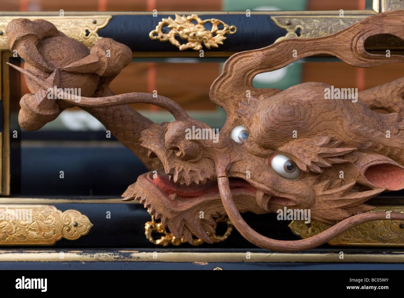 Ein Detail des Drachen Motiv auf einem traditionellen hölzernen Schwimmer am Takayama Frühlingsfest oder Stockbild