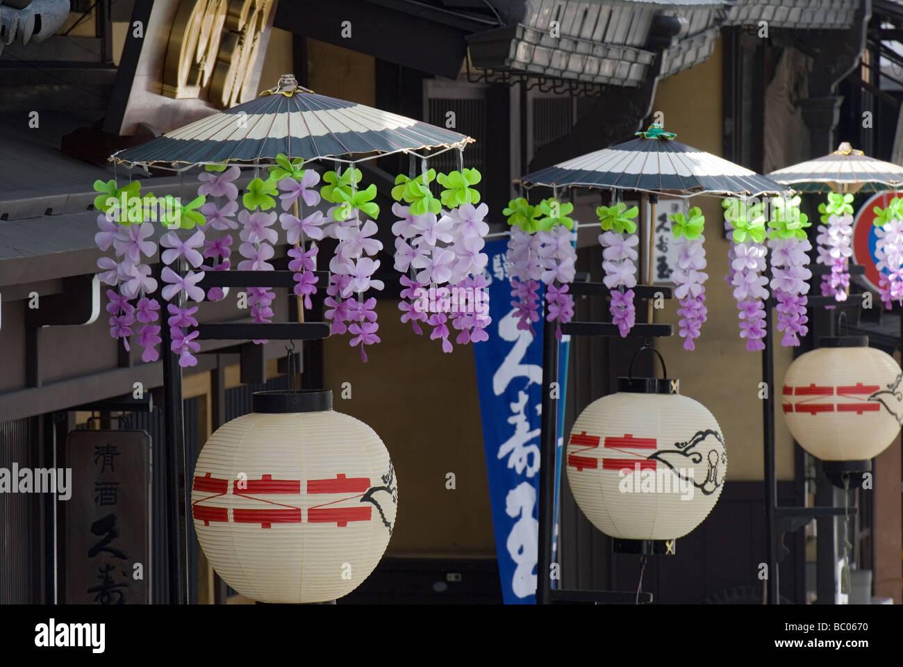 Traditionelle Papierlaternen mit Blume verziert Sonnenschirme entlang einer Straße in Takayama Japan während Stockbild