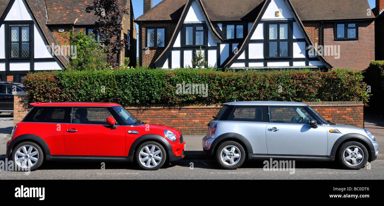 Zwei von einer Art Mini-Autos von BMW in Wohnstraße geparkt Stockbild