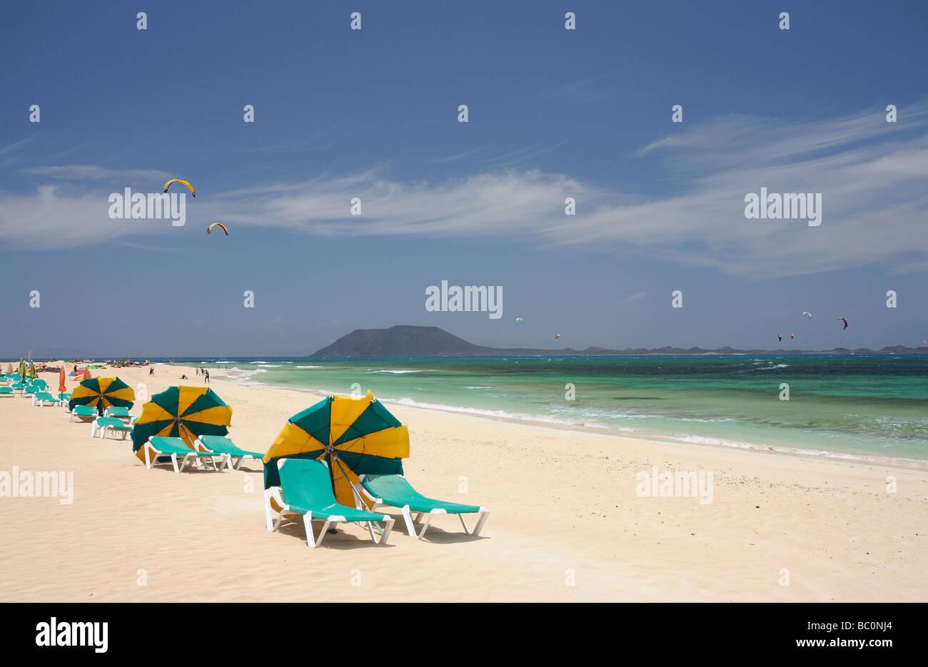 Der Strand von Corralejo, Fuerteventura Insel. Isla de Lobos im Hintergrund. Stockbild