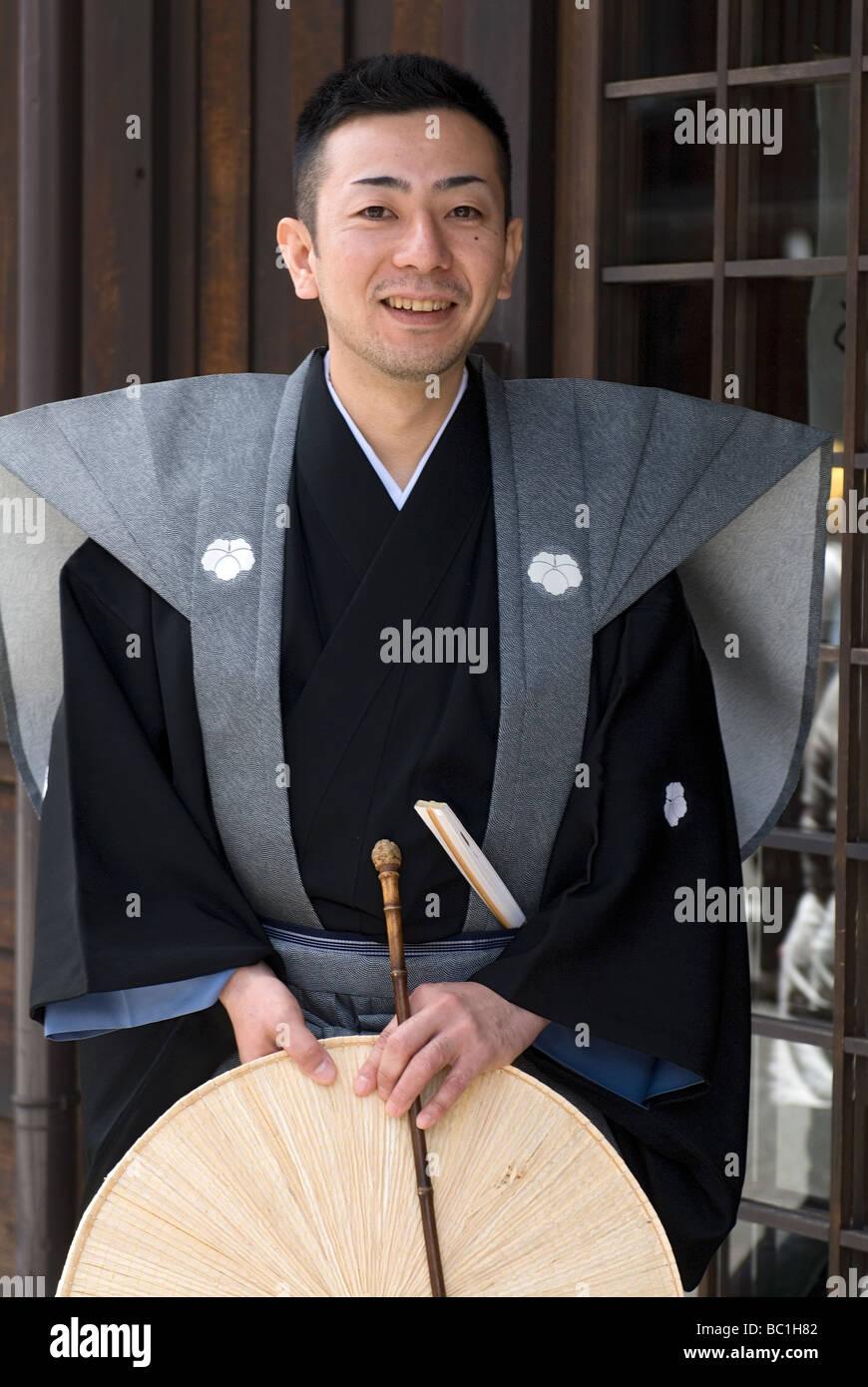 Ein Mann in einem traditionellen formalen Samurai Kostüm posiert für ein Foto während des Frühlingsfestes Stockbild