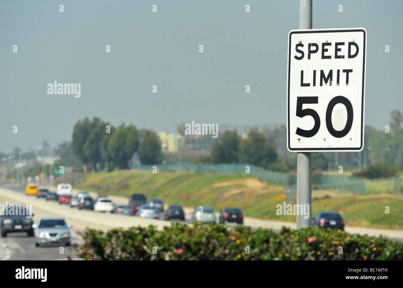 Geschwindigkeitsbegrenzung 50 MPH Verkehrsschild auf Westchester Pkwy, Los Angeles CA Stockfoto