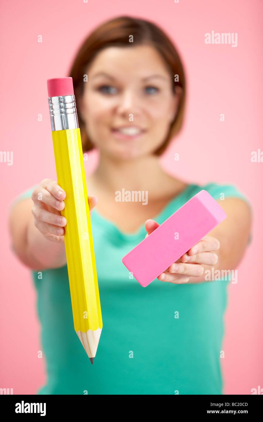 Frau mit großen Bleistift und Radiergummi Stockbild