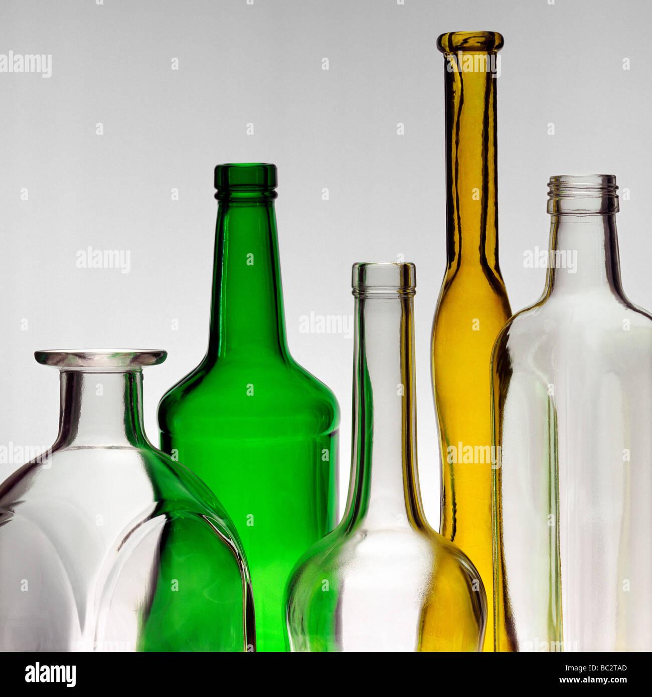 Stillleben mit der farbige und nicht farbige Glasflaschen Stockbild