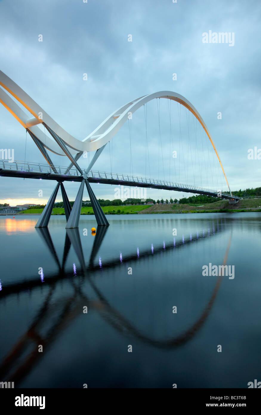 Die Infinity-Brücke ist eine öffentliche Fußgänger- und Zyklus Fußgängerbrücke über den Fluss Tees auf dem Stadtgebiet Stockfoto
