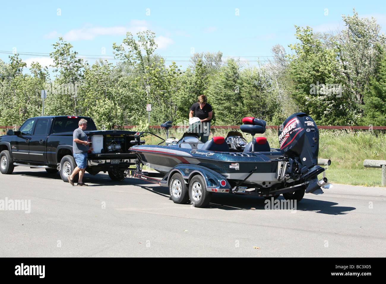 Eine Familie von Fischer startet ein Ranger Bass Pottersville Glendale Straße Bootsanleger. Vater, Mutter, Stockbild