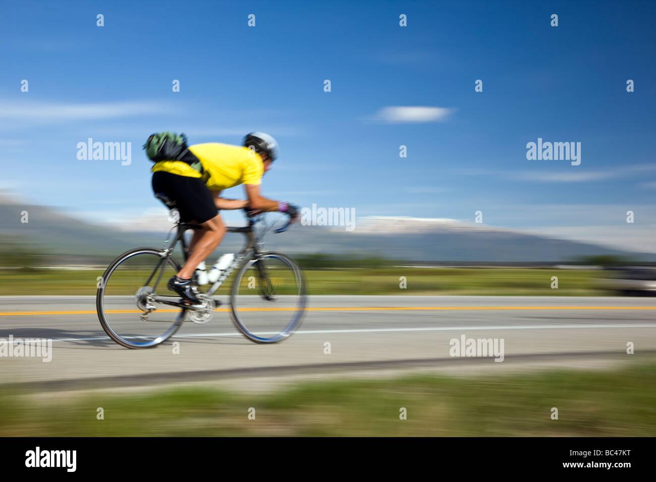 Radfahrer, die während der jährlichen Ride The Rocky Mountains zwischen Salida und Buena Vista in Colorado Stockbild