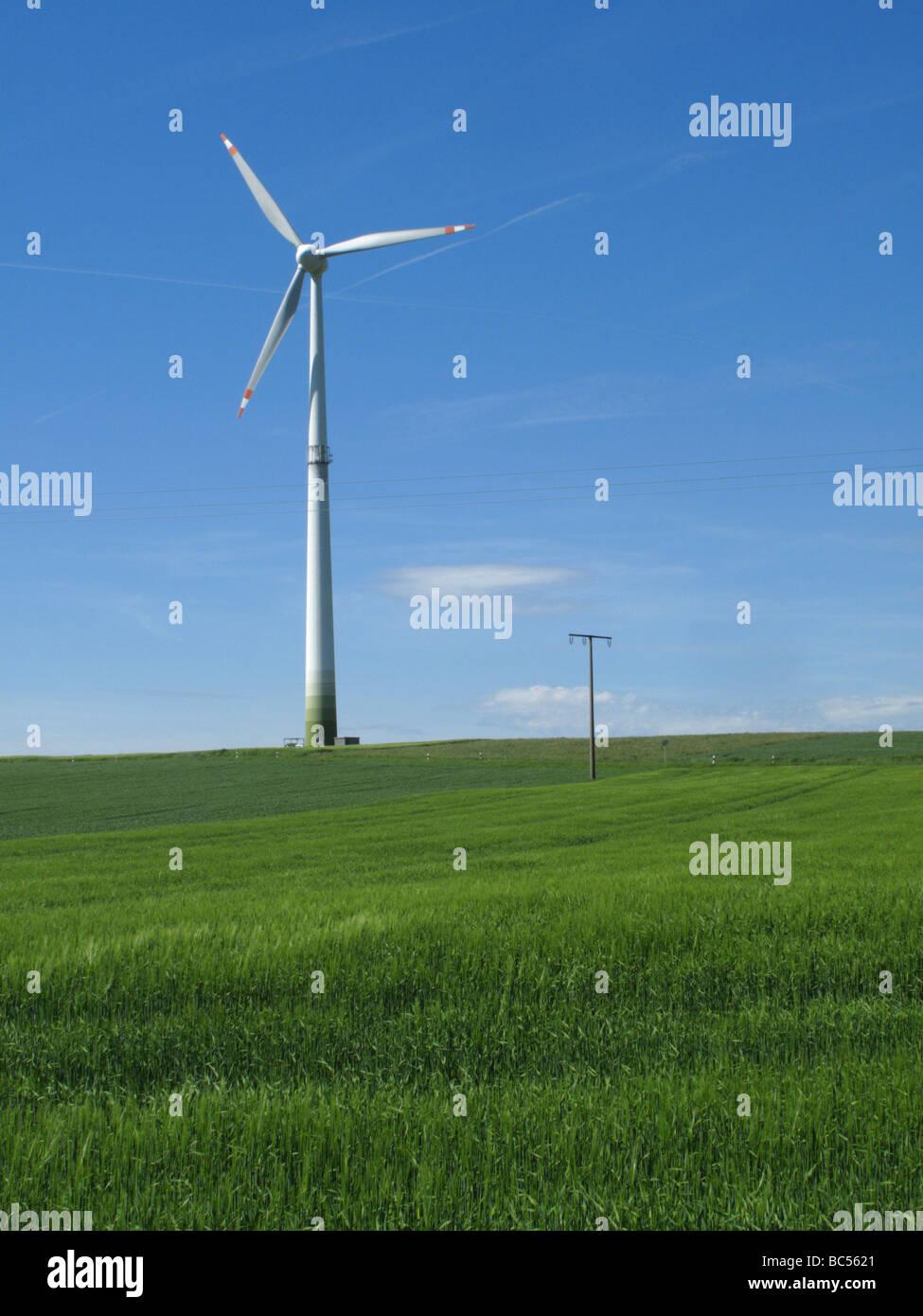 Windenergieanlage und ein grünes Feld in Bayern, Deutschland Stockbild