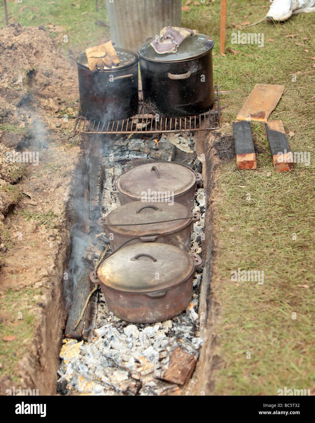 Australische Dämpfer Brot in Gusseisen Töpfen über dem offenen Feuer vorbereitet Stockbild
