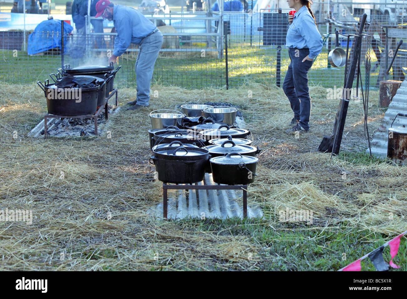 Australische Dämpfer im gusseisernen Topf über dem offenen Feuer vorbereitet Stockbild