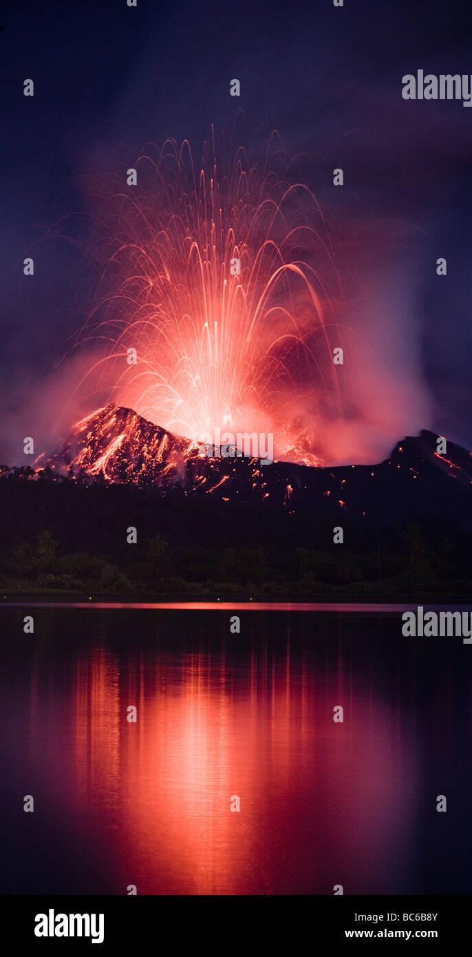 Vulkanausbruch in der Nacht Stockbild