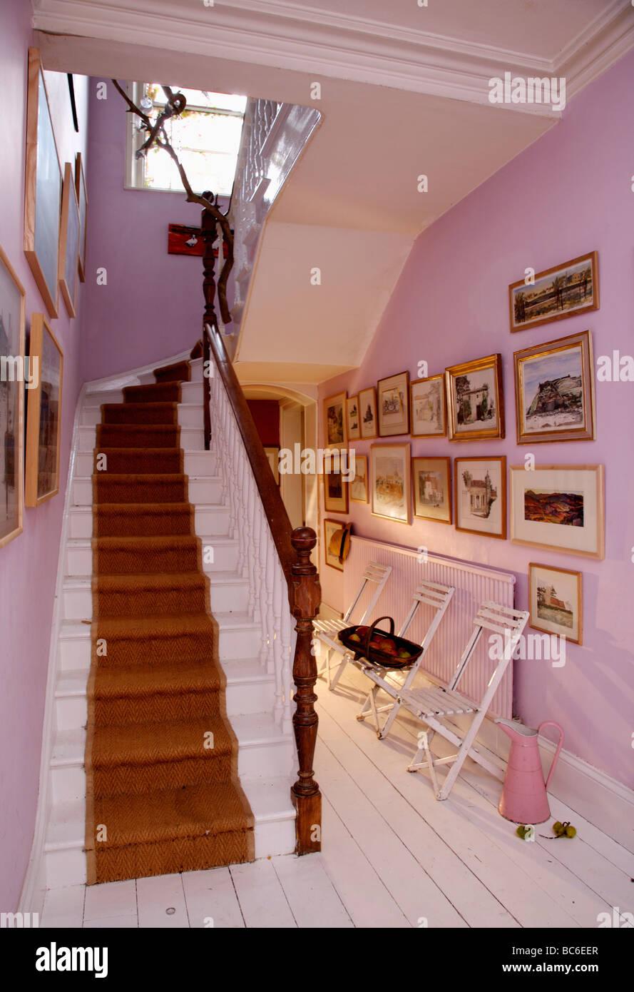 roter teppich auf wei e treppe in mauve halle mit wei lackierten dielen und sammlung von. Black Bedroom Furniture Sets. Home Design Ideas