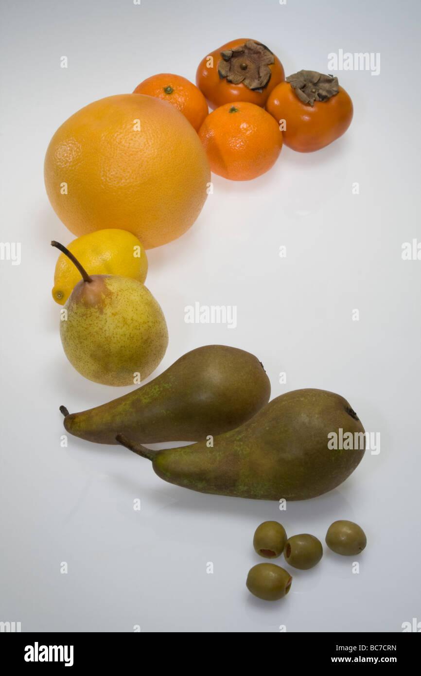 Obst allmählich nach Farben sortiert. Oliven, Zitronen, Orangen ...