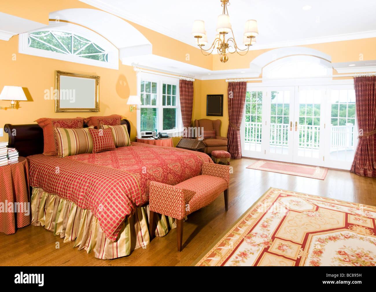 luxuriöse Schlafzimmer mit Kingsize-Bett und schöne Fensterlicht ...