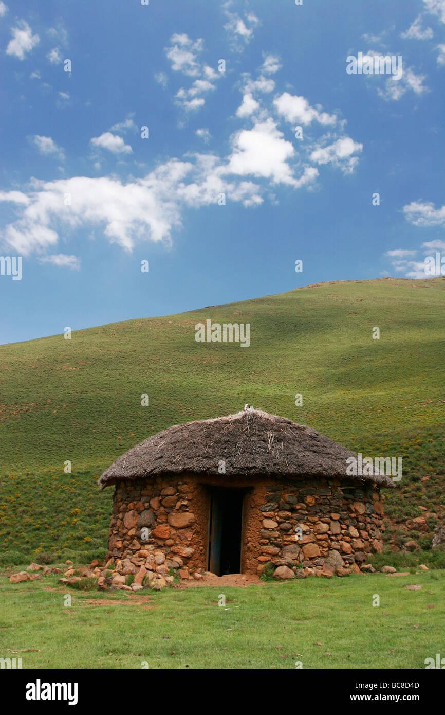 Typische Rondavel Hütte im Hochland von Lesotho Stockbild