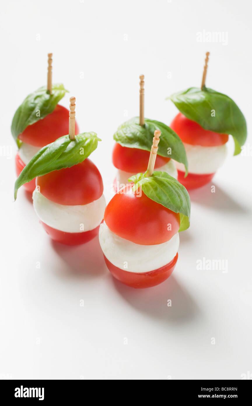 tomaten mozzarella und basilikum auf cocktail sticks. Black Bedroom Furniture Sets. Home Design Ideas