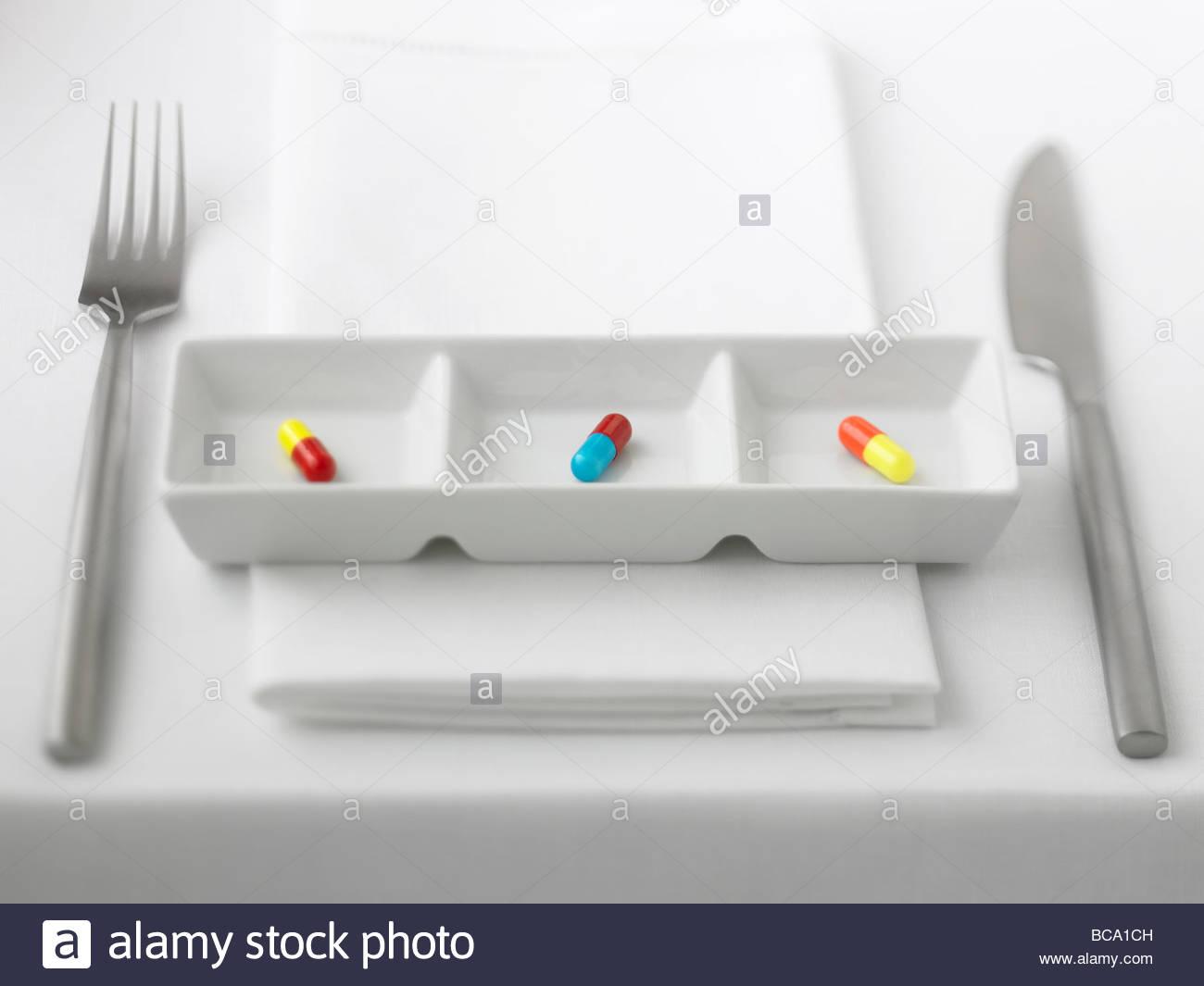 Nahaufnahme von drei Pille Kapseln in abgeteilten Schale Stockbild