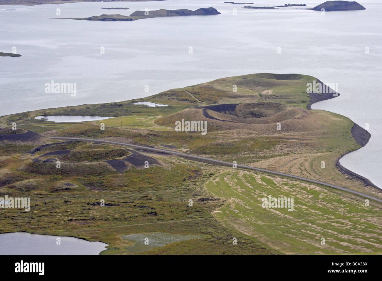 Blick vom Vingbelgjar-Fjall zeigt Pseodocraters und See Myvatn Stockbild