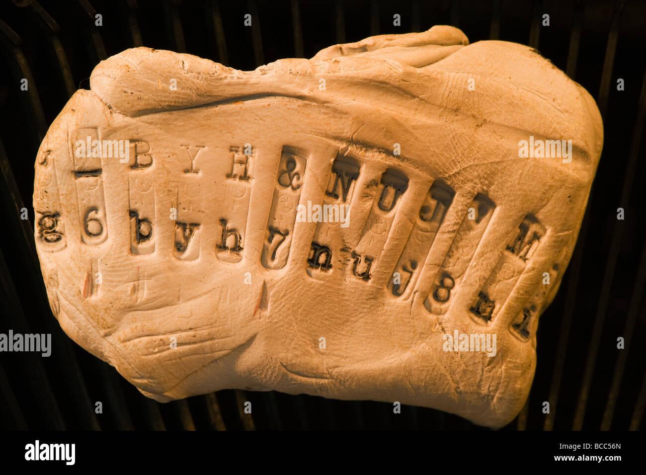 Figuren von Keys von alten mechanischen Schreibmaschine auf Plastilin beeindruckt Stockbild