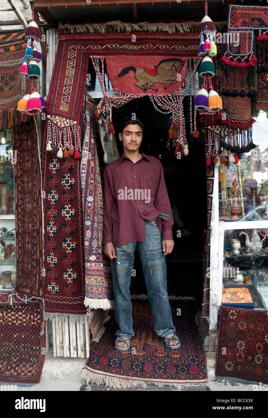 Der tur  Eine junge Teppichverkäufer in der Tür ein Teppichgeschäft in ...