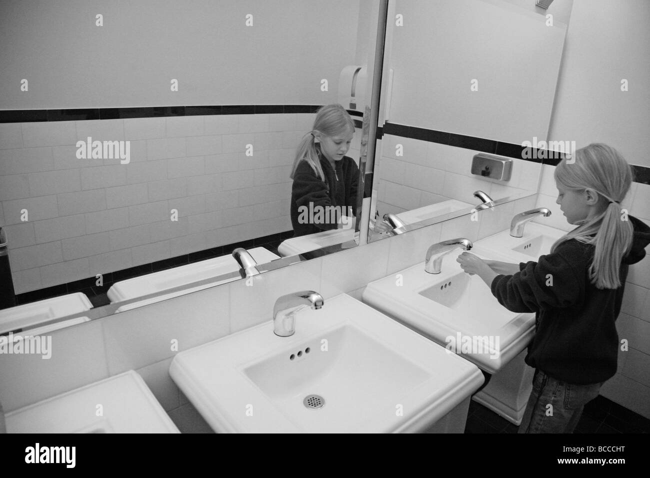 Schwarz / weiß Bild von Mädchen waschen Hände im Badezimmer ...