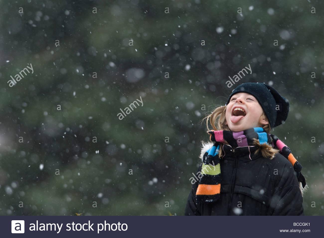 A 10-Year-Old verbringt viel Zeit draußen während der Jahreszeiten erste Schnee. Stockbild