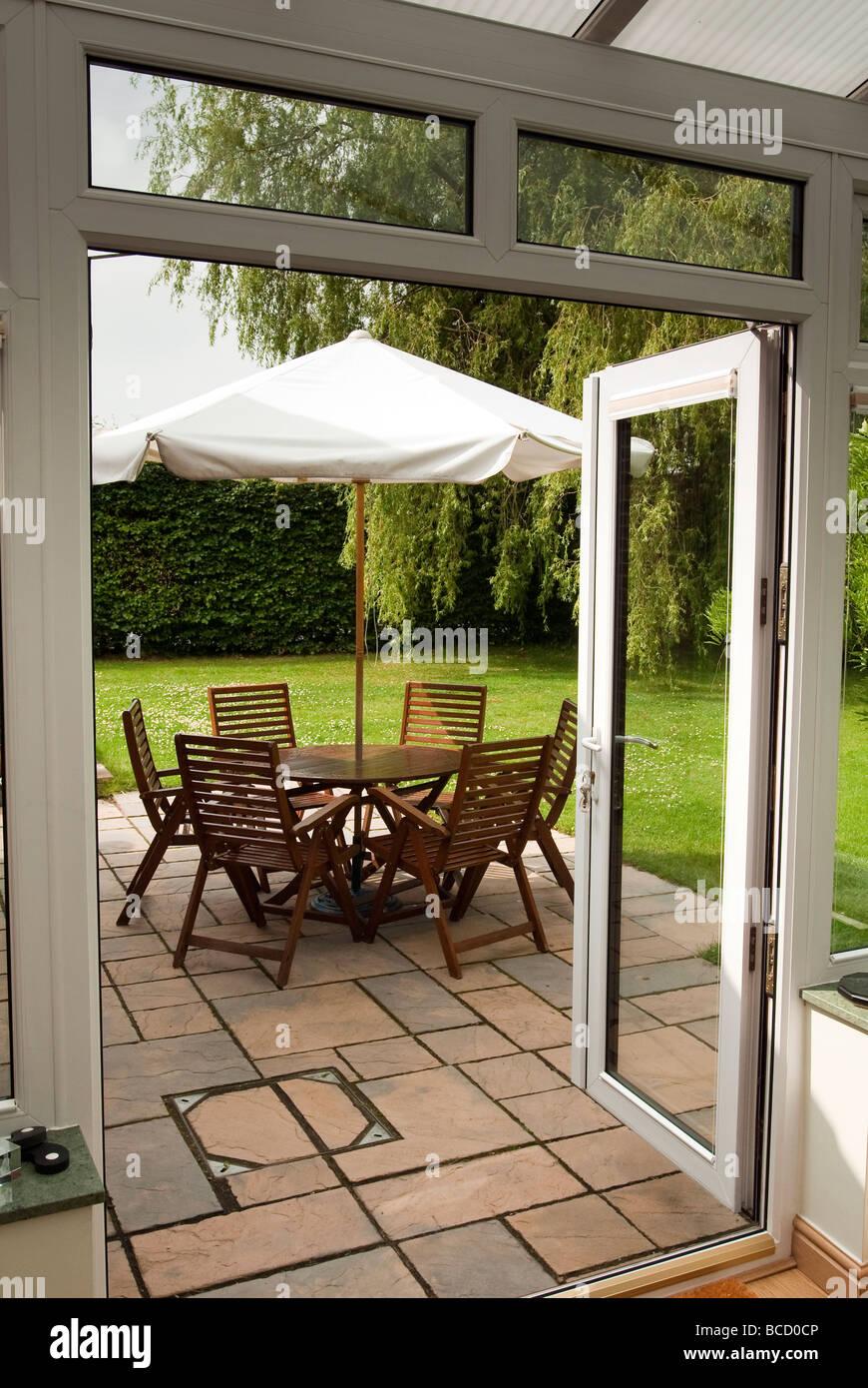 Eine Reihe von Gartenmöbel mit Sonnenschirm. Stockbild