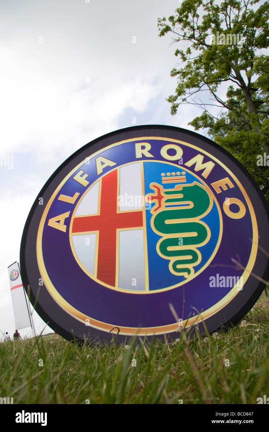 Ein Alfa Romeo Emblem neben einem Stand bei der Superbike-WM in Donington Park, Derbyshire, England. Stockbild