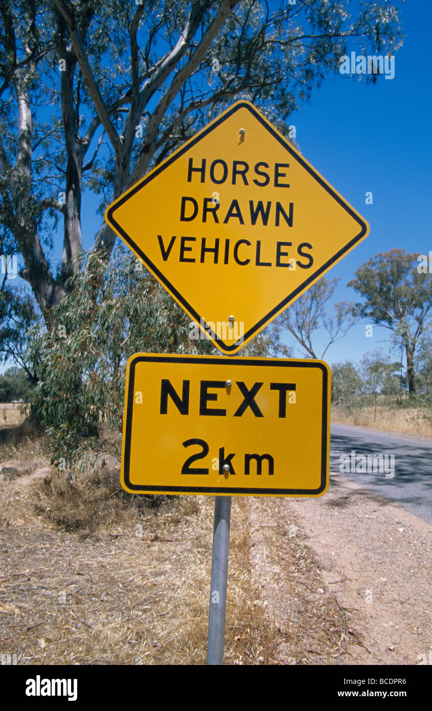 Helle gelbe am Straßenrand Grafik warnen von Pferden gezogenen Verkehr. Stockbild