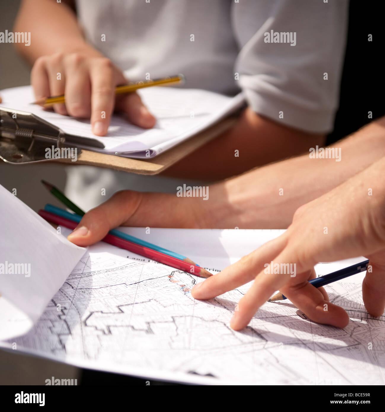 Zwei GCSE-Schüler auf einem Feldkurs Stadtgeographie in einem Stadt-Land verwenden Mapping Erfassung der Arten Stockbild
