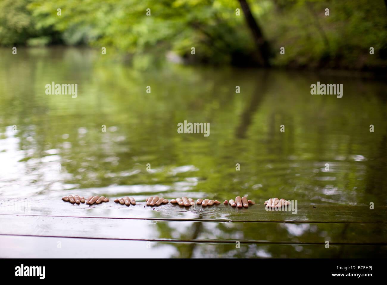 Hände weg von der Seite eines Docks hängen Stockbild