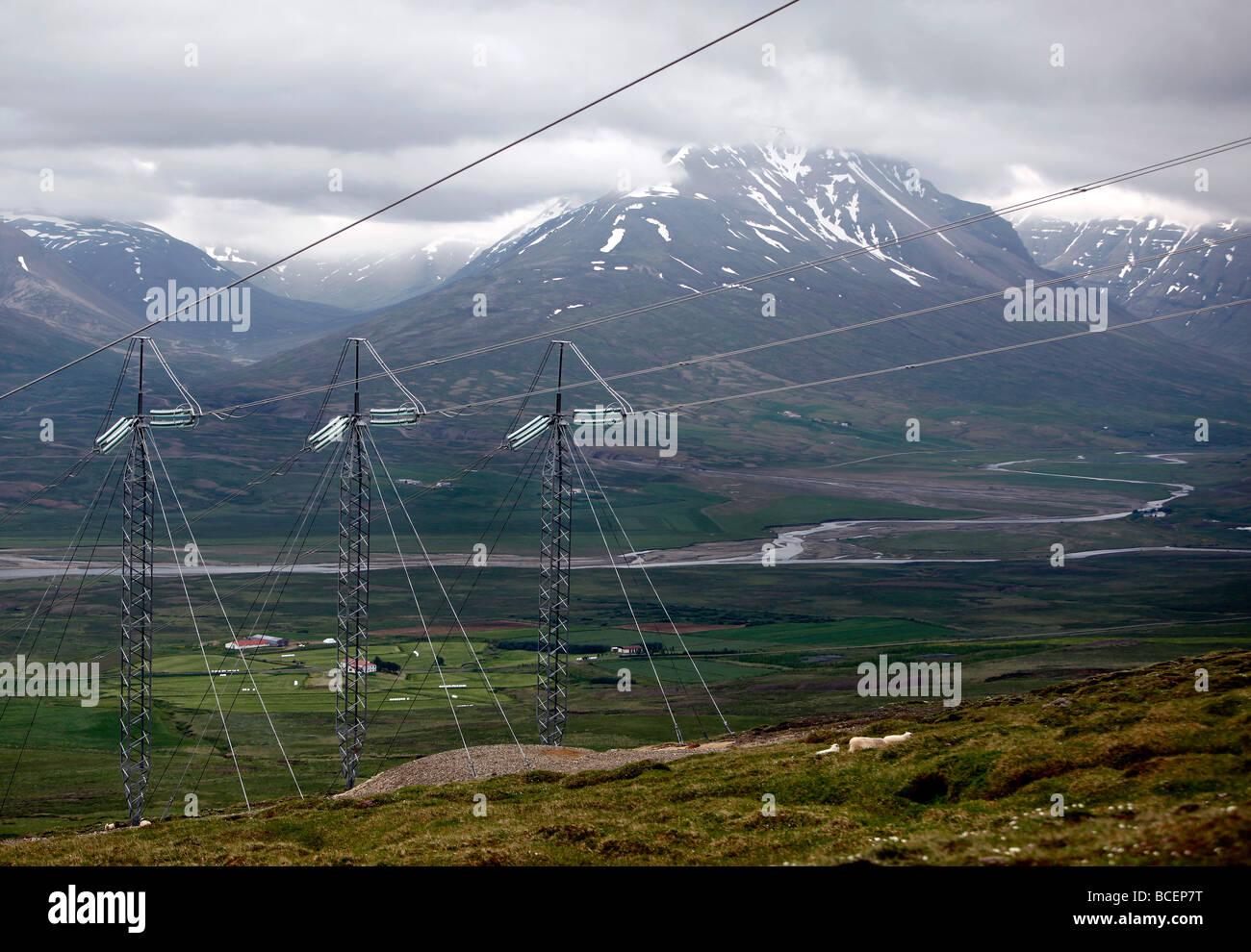Elektrische Hochspannungsleitungen, Island Stockbild