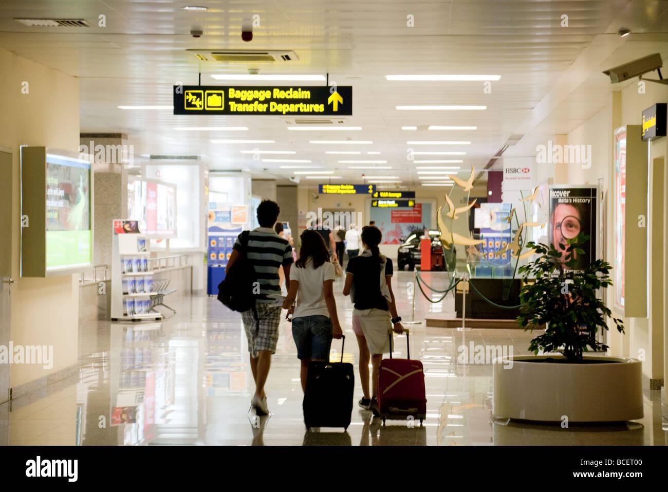 Ankommenden Passagiere machen ihren Weg Gepäck zurückfordern, Flughafen Malta Stockbild
