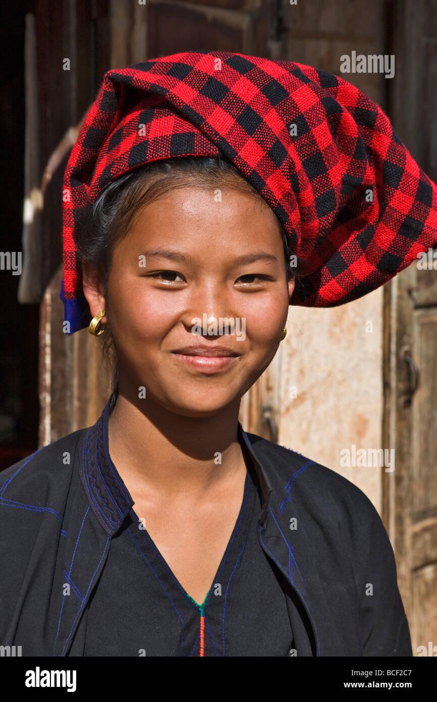 Myanmar, Burma, Lake Inle. Eine hübsche, junge Frau in Pa-O Kya-Toon Village. Stockbild