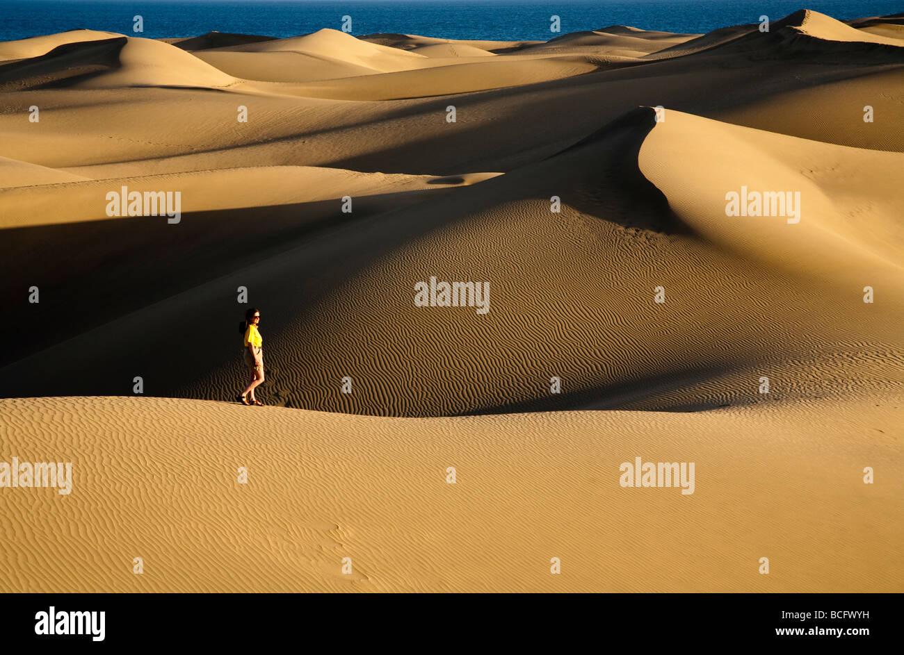 Frau auf Sanddünen Maspalomas Gran Canaria Kanaren Spanien Stockbild