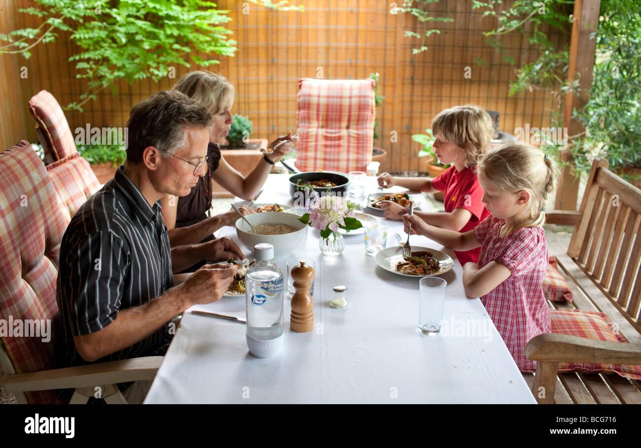 Abendessen mit der Familie Stockbild