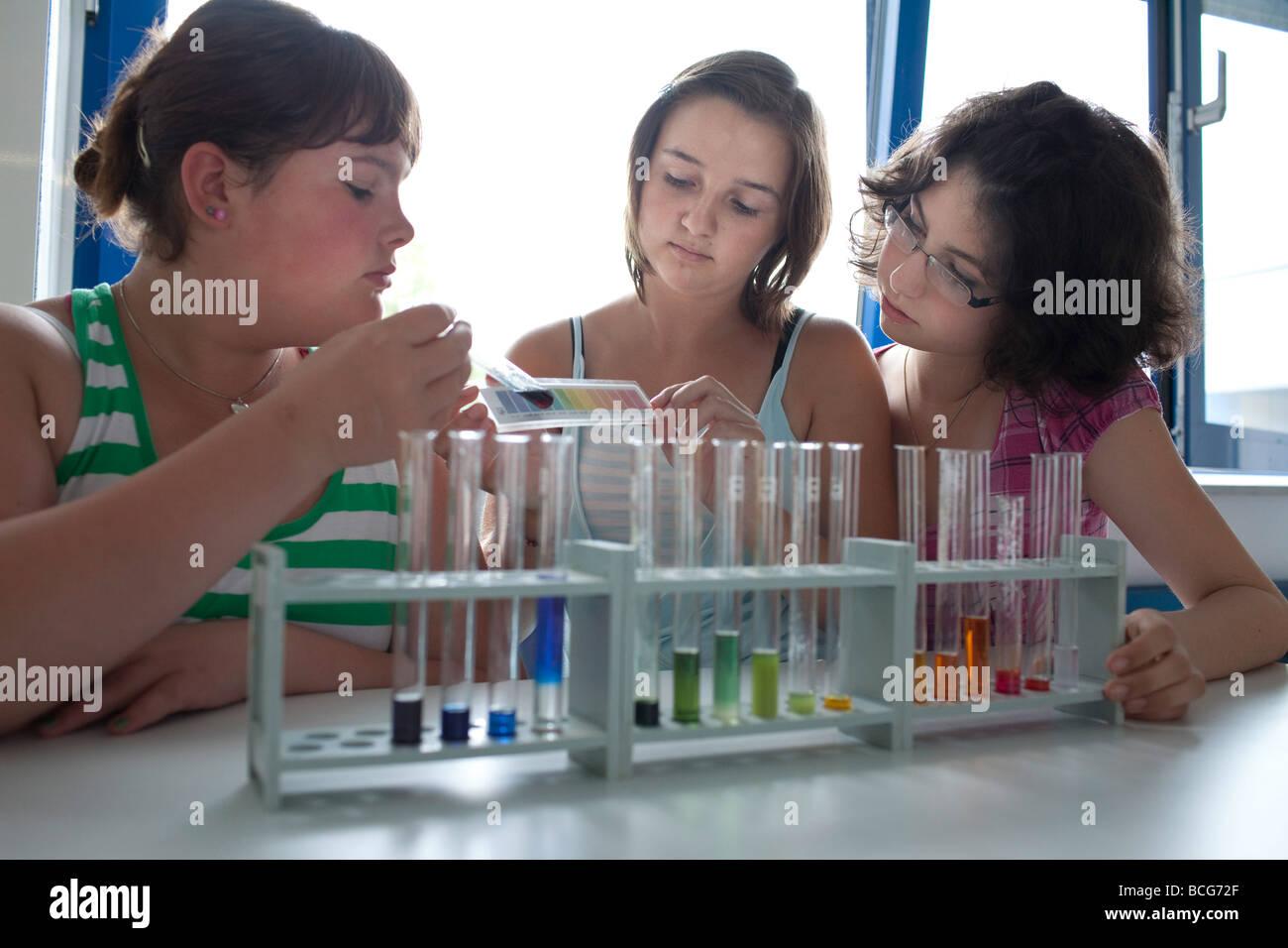 Chemieunterricht in der Schule Stockbild