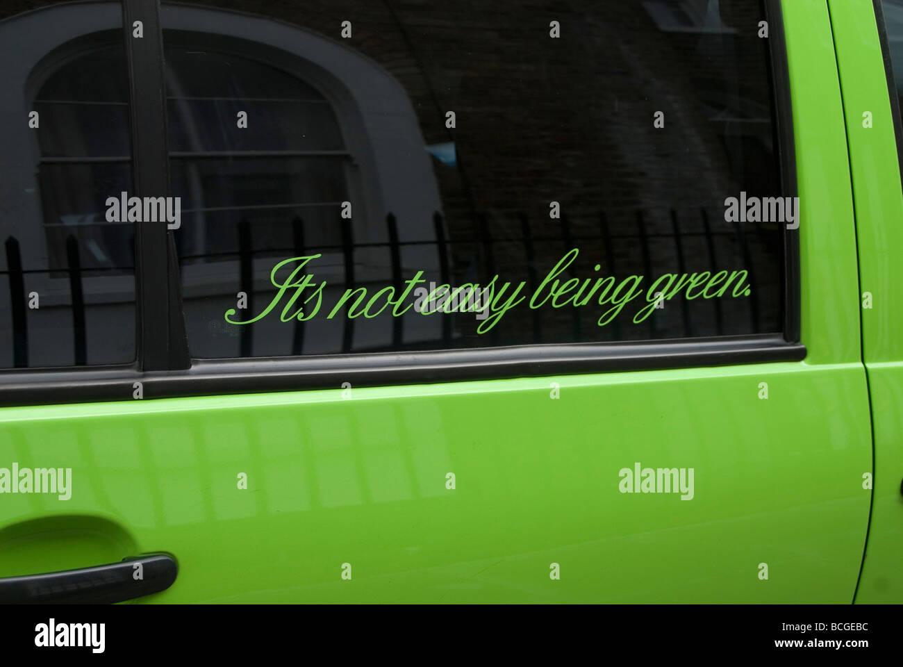 Schreiben auf dem Fenster ein kleines grünes Auto sagen, es nicht leicht, Grün s Stockbild