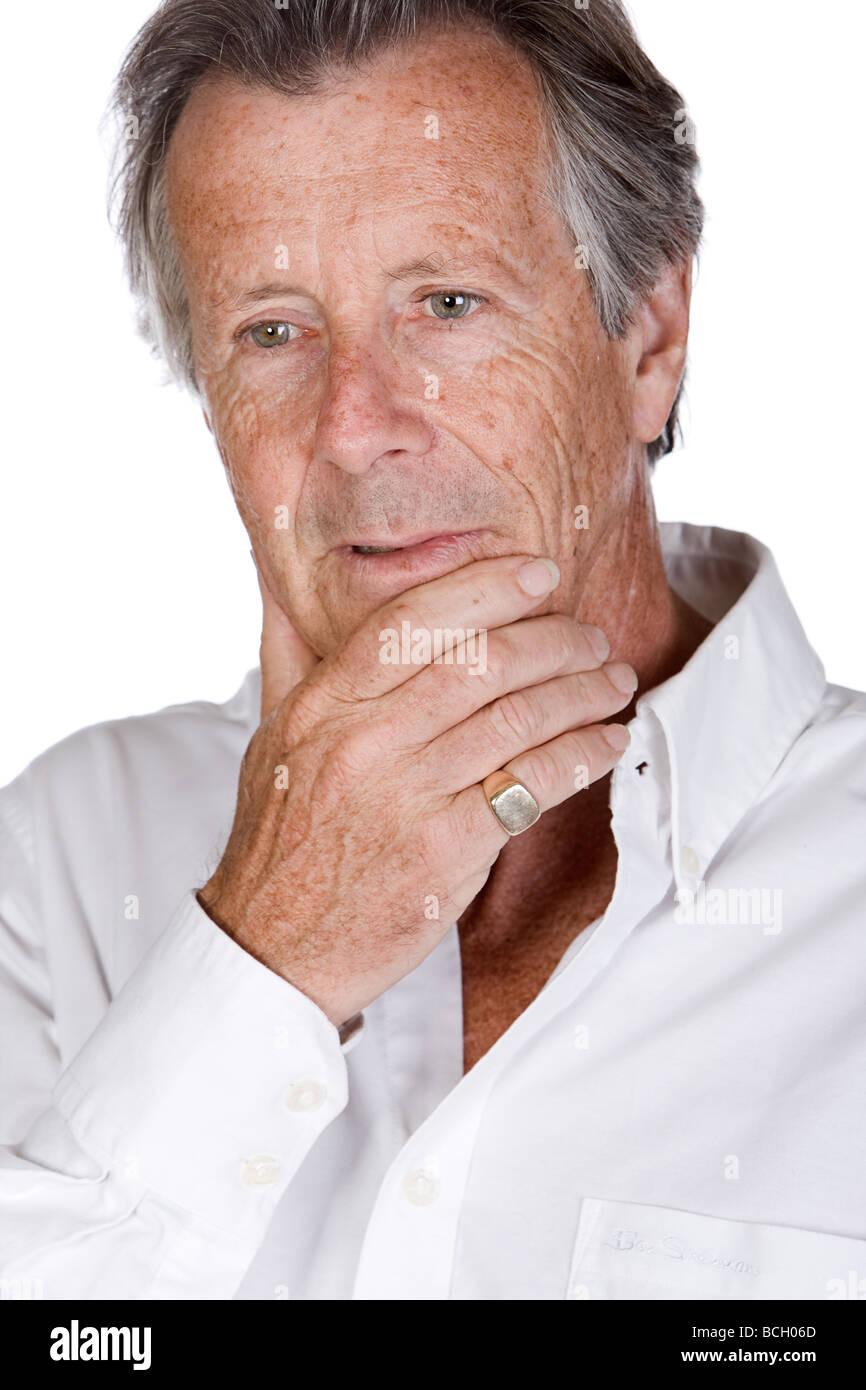 Schuss von einem nachdenklichen Senior Mann vor weißem Hintergrund Stockbild