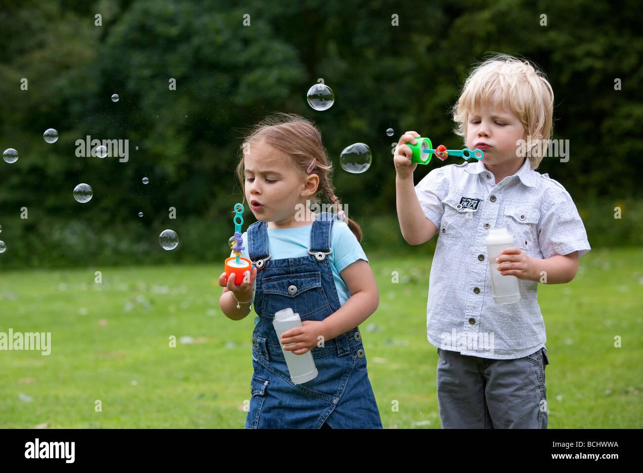 Zwei Kleinkinder Seifenblasen Stockbild